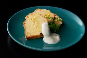 皿盛りのレモンクリームパウンドケーキの写真素材 [FYI03124866]
