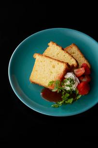 皿盛りのパウンドケーキとイチゴソースの写真素材 [FYI03124867]