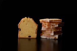 カットしたレモンクリームパウンドケーキの写真素材 [FYI03124869]