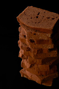 積み上げたチョコレートケーキの写真素材 [FYI03124871]