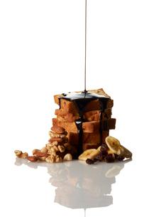 パウンドケーキにチョコレートソースをかけるの写真素材 [FYI03124875]