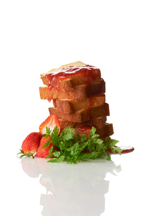 カッティングタワーパウンドケーキとイチゴのソースの写真素材 [FYI03124876]