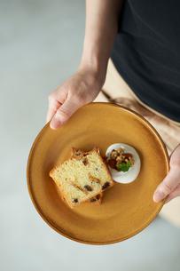 お皿に盛られたパウンドケーキを持つ女性の写真素材 [FYI03124878]