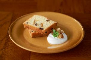 お皿の上のパウンドケーキ、ナッツとホイップクリームの写真素材 [FYI03124879]