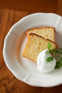 皿に盛られたパウンドケーキとホイップクリームの写真素材 [FYI03124880]