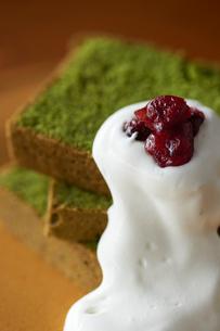 ラズベリーとホイップクリーム添えた抹茶のパウンドケーキの写真素材 [FYI03124881]