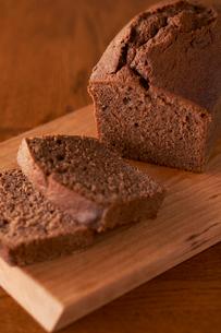 切ったチョコのパウンドケーキの写真素材 [FYI03124884]