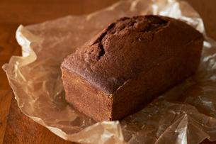 ワックスペーパーに置かれたチョコのパウンドケーキの写真素材 [FYI03124885]