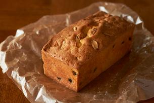 ワックスペーパーに置かれたナッツのパウンドケーキの写真素材 [FYI03124886]
