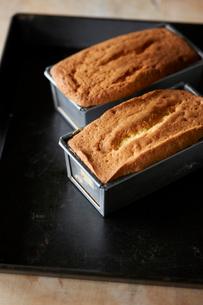 焼き上がったパウンドケーキの写真素材 [FYI03124887]