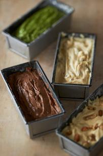 焼く前のプレーン、チョコ、ナッツ、抹茶のパウンドケーキの写真素材 [FYI03124888]