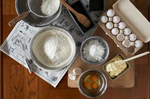 テーブルにおかれたパウンドケーキの材料の写真素材 [FYI03124893]