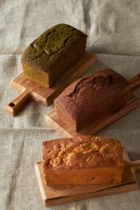 トレーの上にのっているチョコと抹茶とナッツのパウンドケーキの写真素材 [FYI03124899]
