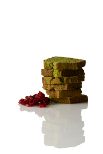 抹茶パウンドケーキとラズベリーの写真素材 [FYI03124902]