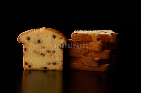 カットしたドライフルーツとナッツのパウンドケーキの写真素材 [FYI03124903]