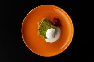 皿盛りの抹茶パウンドケーキの写真素材 [FYI03124904]
