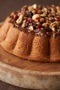 チョコレートケーキをナッツで飾り付けの写真素材 [FYI03124916]