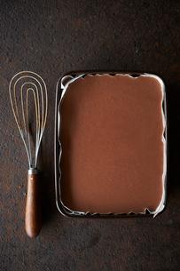 チョコレートムースを流し込むの写真素材 [FYI03124922]