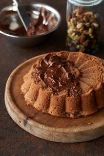 チョコレートケーキとチョコレートクリームとナッツの写真素材 [FYI03124925]