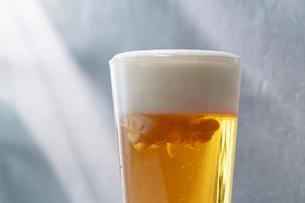 木漏れ日の下のビールの写真素材 [FYI03124947]