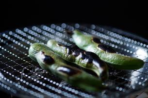 炭火で焼かれているそら豆の写真素材 [FYI03124967]