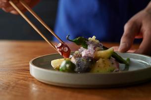 梅肉で和えたタコをお皿に盛り付けているの写真素材 [FYI03124981]