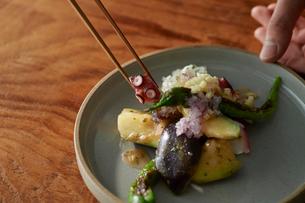 梅肉で和えたタコをお皿に盛り付けているの写真素材 [FYI03124983]