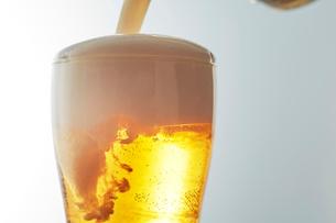 グラスにビールを注いでいるの写真素材 [FYI03125007]