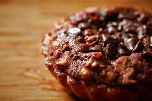 チョコレートナッツタルトの写真素材 [FYI03125172]