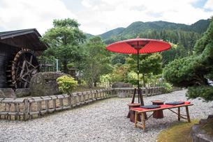 イメージ 日本の風景 水車 野点傘の写真素材 [FYI03125232]