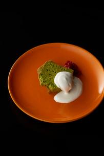 皿盛りの抹茶パウンドケーキの写真素材 [FYI03125271]