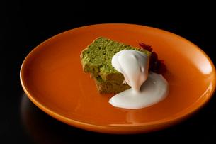 皿盛りの抹茶パウンドケーキの写真素材 [FYI03125272]