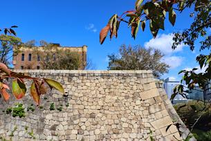 石垣の上に残る洋風建築の写真素材 [FYI03125485]
