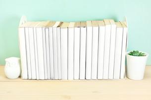 デスクの上の並んだ本の写真素材 [FYI03125545]
