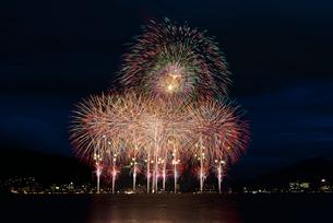 諏訪湖祭湖上花火大会 超ワイドスターマインと大爆音 ようこそすわこまつりへの写真素材 [FYI03125712]