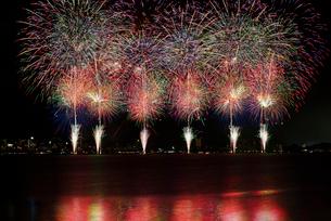 諏訪湖祭湖上花火大会 パッションスターマイン リング オブ ドリームの写真素材 [FYI03125720]