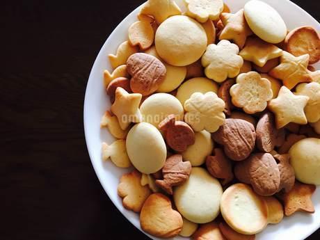 白い丸いお皿に並べられた様々な種類のクッキーの写真素材 [FYI03125727]
