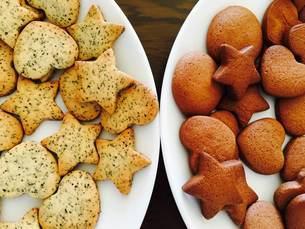 2つの丸い白いお皿に並べられた2種類のクッキーの写真素材 [FYI03125728]