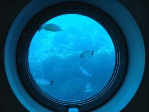 潜水艦の窓と青い海の写真素材 [FYI03125752]