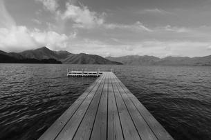 湖とテラスの写真素材 [FYI03125877]