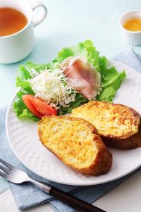 フレンチトーストの朝ごはんの写真素材 [FYI03126014]