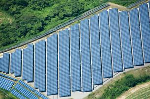 空撮 太陽光発電 の写真素材 [FYI03126175]