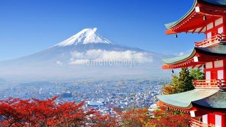 富士山と塔の写真素材 [FYI03126201]