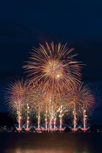 諏訪湖祭湖上花火大会 超ワイドスターマインと大爆音 ようこそすわこまつりへの写真素材 [FYI03126424]