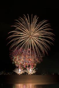 諏訪湖祭湖上花火大会 スターマイン競技 ゴールデン・ナイトの写真素材 [FYI03126425]