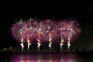 諏訪湖祭湖上花火大会 ダイナミックスターマイン 光への情熱の写真素材 [FYI03126440]