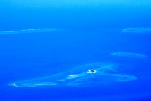 ニューカレドニア上空から見た環礁の写真素材 [FYI03126476]