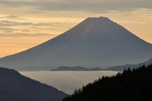 富士山 朝焼けの遠望の写真素材 [FYI03126661]