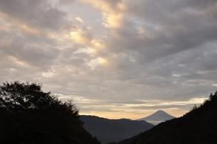 富士山 朝焼けの遠望の写真素材 [FYI03126665]