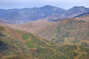 紅葉の鶏冠山から望む甲武信ヶ岳方面の眺望の写真素材 [FYI03126680]